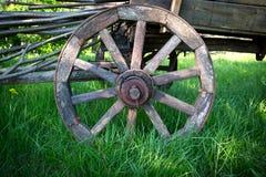 Carro de madeira da roda imagens de stock