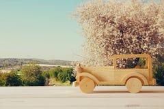 Carro de madeira do brinquedo do vintage sobre a tabela de madeira imagens de stock