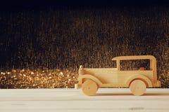 Carro de madeira do brinquedo do vintage sobre a tabela de madeira imagem de stock royalty free