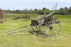 Carro de madera antiguo de un eje Imagen de archivo