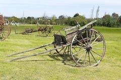 Carro de madera antiguo de un eje Imagen de archivo libre de regalías