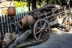 Carro de madera antiguo en el granero Fotos de archivo