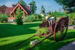 Carro de madera decorativo del jardín fotos de archivo