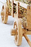 Carro de madera del heno en un fondo blanco Imágenes de archivo libres de regalías