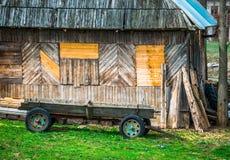 Carro de madera del vintage, carro del caballo cerca de la casa Fotos de archivo