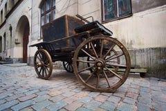 Carro de madera del vintage en una calle de la piedra del adoquín en una ciudad vieja Fotografía de archivo