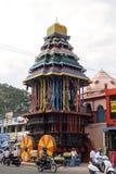Carro de madera de Giantic en la calle de Tiruvannamalai Fotos de archivo
