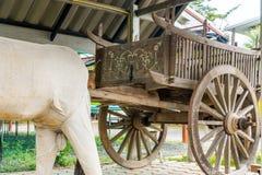 Carro de madera de la teca antigua en septentrional de Tailandia fotografía de archivo