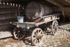 Carro de madera rural viejo, el tanque de agua Imagenes de archivo
