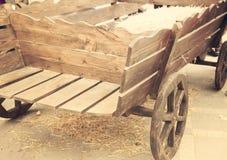 Carro de madera traído por caballo viejo Foto de archivo