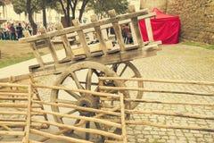 Carro de madera traído por caballo viejo Foto de archivo libre de regalías