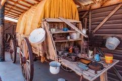 Carro de madera viejo con las fuentes imagen de archivo