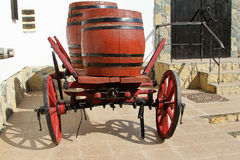 Carro de madera viejo con los barriles de vino Fotos de archivo libres de regalías