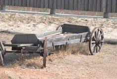 Carro de madera viejo en la yarda del país imágenes de archivo libres de regalías