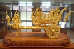 Carro de metal dourado fotos de stock royalty free