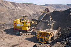 Carro de mina amarillo grande Fotos de archivo libres de regalías