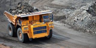 Carro de mina amarillo grande Belaz fotografía de archivo