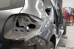 Carro de motor na oficina de reparações Imagem de Stock Royalty Free