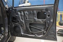 Carro de motor na oficina de reparações Fotografia de Stock Royalty Free