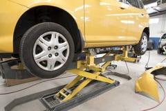 Carro de motor na oficina de reparações Fotos de Stock Royalty Free