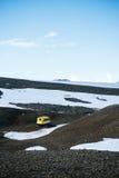 Carro de neve amarelo, Islândia fotografia de stock royalty free