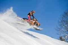 Carro de neve movente na floresta do inverno nas montanhas Imagem de Stock Royalty Free