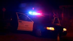 Carro de polícia com as luzes que piscam no corte de estrada video estoque