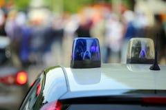 carro de polícia com as sirenes azuis durante o evento Fotografia de Stock Royalty Free