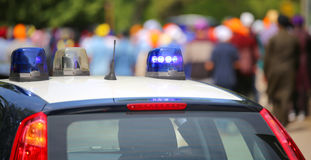 Carro de polícia com as sirenes azuis durante o motim Fotografia de Stock Royalty Free
