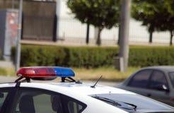Carro de polícia com as sirenes vermelhas e cor azul Imagem de Stock Royalty Free