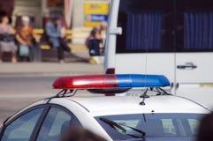 Carro de polícia com as sirenes vermelhas e cor azul Fotos de Stock