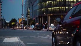 Carro de polícia e outros veículos no Potsdamer Platz em Berlim na noite vídeos de arquivo