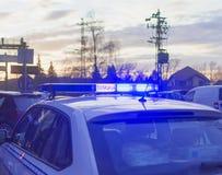 Carro de polícia e uma luz da rotação sobre imagens de stock royalty free