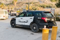 Carro de polícia de Jordânia na entrada a PETRA imagens de stock