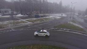 Carro de polícia na estrada vídeos de arquivo