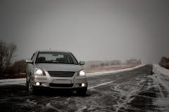 Carro de prata na estrada vazia Imagens de Stock Royalty Free