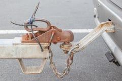Carro de reboque sujo do close up com gancho e a corrente conectados Foto de Stock Royalty Free