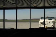Carro de remolque del aeroplano a través de una ventana Imagenes de archivo