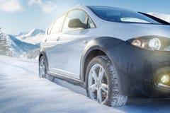 Carro de SUV na estrada coberto de neve da montanha Imagem de Stock Royalty Free