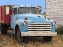Carro de trabajo viejo del grano de la granja. imagen de archivo libre de regalías