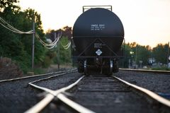Carro de transporte líquido negro imagen de archivo