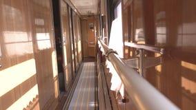 Carro de trem confortável do compartimento interior do corredor, curso, fundo filme