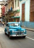 Carro de turquesa do vintage em Havana Cuba imagens de stock