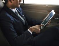Carro de Use Tablet Inside do homem de negócios foto de stock royalty free