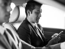 Carro de Use Tablet Inside do homem de negócios imagem de stock