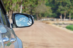 carro de 4x4 SUV na estrada de terra Foto de Stock Royalty Free