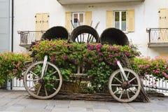 Carro decorativo com as flores na rua Levico Termen, Itália imagens de stock