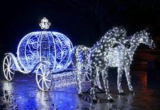 Carro decorativo con los caballos adornados con las luces Imagen de archivo
