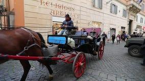 Carro del caballo con los turistas en Roma almacen de video