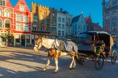 Carro del caballo en las calles de Brujas Foto de archivo libre de regalías